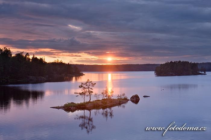 Západ slunce na jezeře Stora Trehörningen v národním parku Tiveden, Švédsko