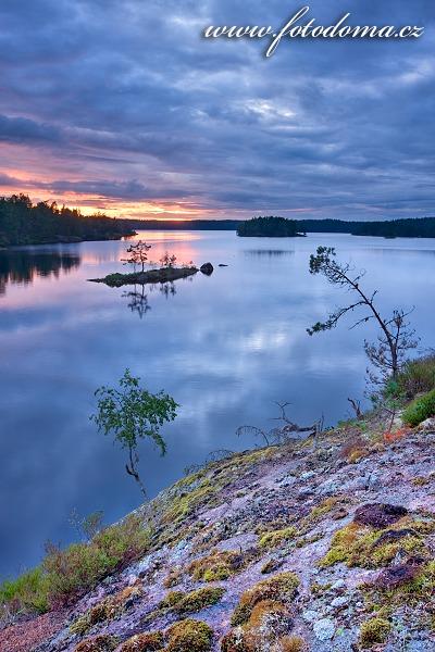 Jezero Stora Trehörningen v národním parku Tiveden, Švédsko