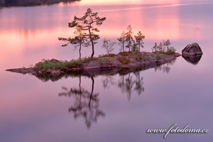 Ostrůvek v jezeře Stora Trehörningen v národním parku Tiveden, Švédsko