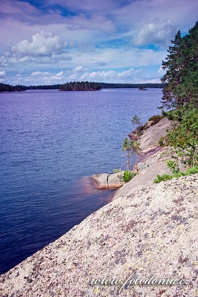 Skalistý břeh jezera Stora Trehörningen v národním parku Tiveden, Švédsko