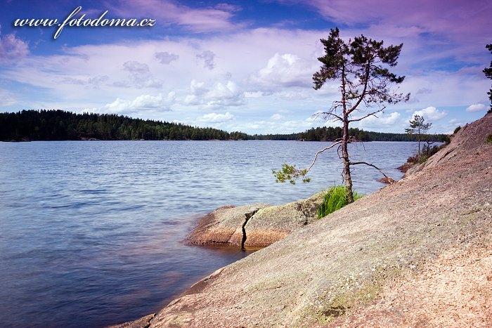 Skalnatý břeh jezera Stora Trehörningen v národním parku Tiveden, Švédsko