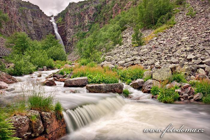 Potok tekoucí údolím z vodopádu Njupeskär v národním parku Fulufjället