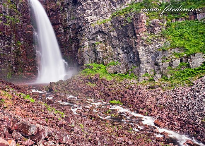 Kamenité údolí vodopádu Njupeskär v národním parku Fulufjället