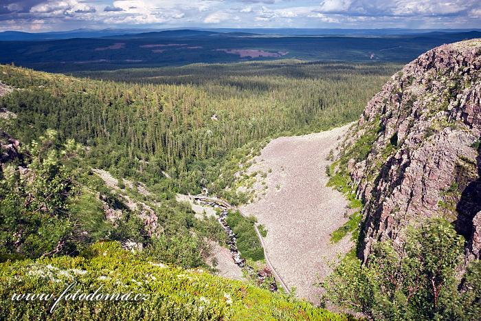 Krajina národního parku pod vodopádem Njupeskär
