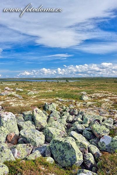 Kamenitá krajina parku u jezera Litle Rörsjön