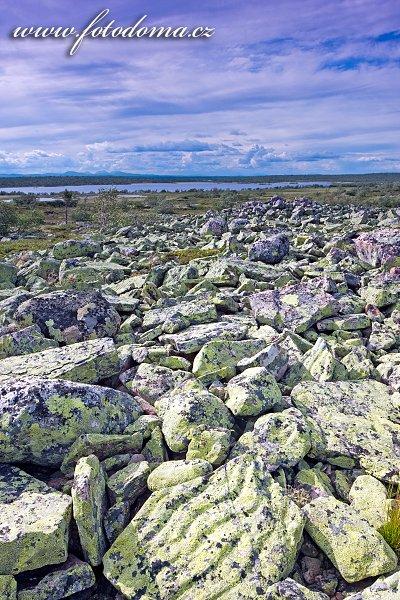 Kamenitá krajina národního parku u jezera Litle Rörsjön