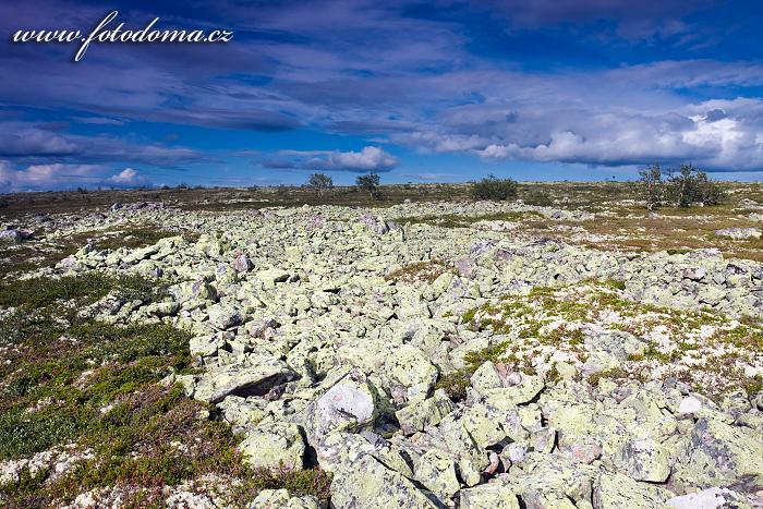 Neschůdná kamenitá krajina národního parku Fulufjället u jezera Litle Rörsjön