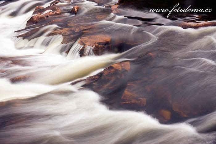 Peřeje na řece Gaula u vodopádu Hyttfossen, Norsko