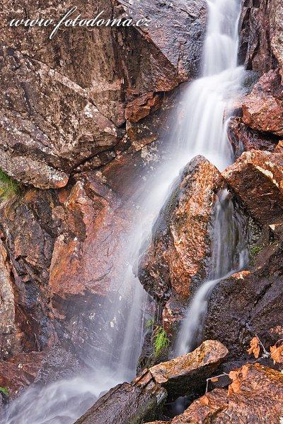 Boční vodopádek vodopádu Hyttfossen na řece Gaula, Norsko