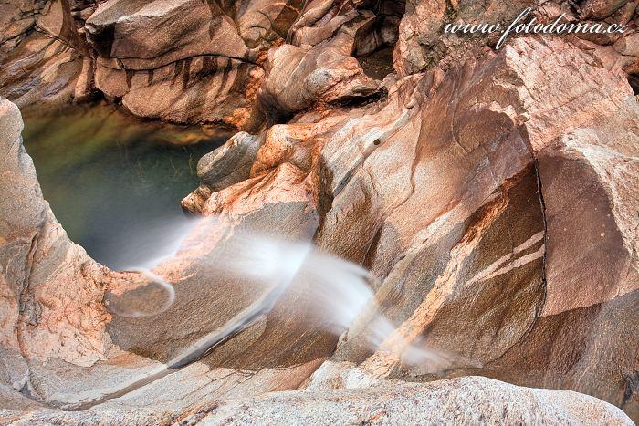 Skalní labyrinty vodopádů Formofossen na řece Luru, Norsko