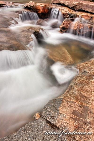 Peřeje řeky Luru v blízkosti vodopádů Formofossen, Norsko