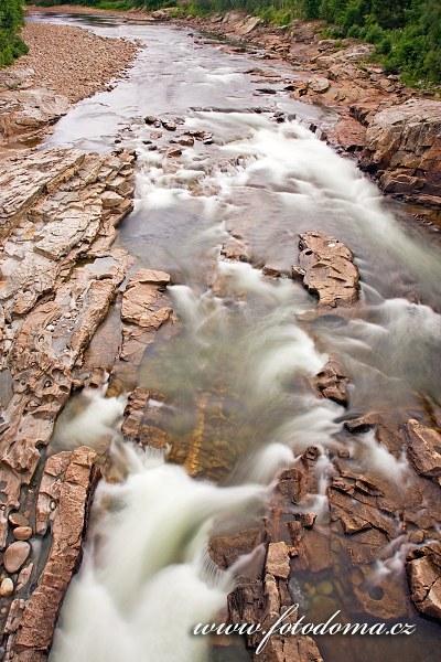 Koryto řeky Luru v blízkosti vodopádů Formofossen, Norsko