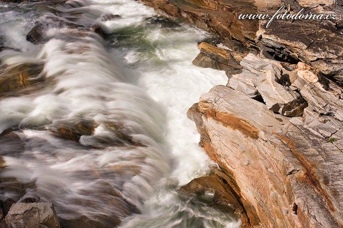 Řeka Luru v blízkosti vodopádů Formofossen, Norsko