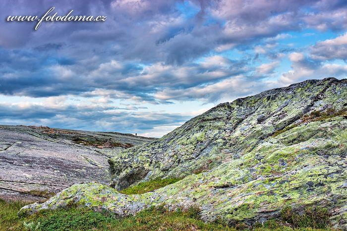 Skalnatý terén u jezera Eldbekkskardvatnet, Národní park Blåfjella-Skjækerfjella, Norsko