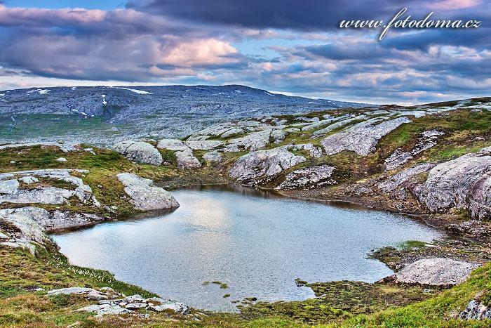 Jezírko u jezera Eldbekkskardvatnet, Národní park Blåfjella-Skjækerfjella, Norsko