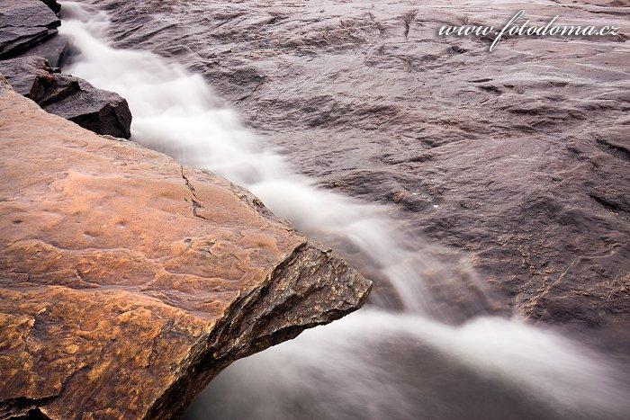 Řeka Luru v blízkosti vodopádů Tømmeråsfossen, Norsko