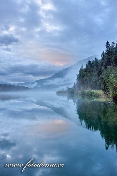 Mlha na řece Langvassåga poblíž města Mo i Rana, Norsko
