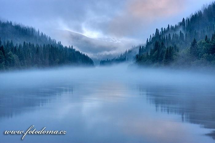 Mlha na řece Langvassåga poblíž města Mo i Rana, kraj Nordland, Norsko