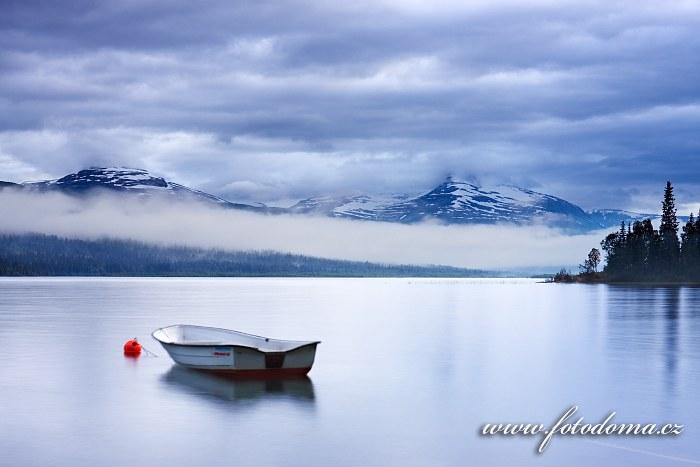 Mlha na jezeře Langvatnet, kraj Nordland, Norsko