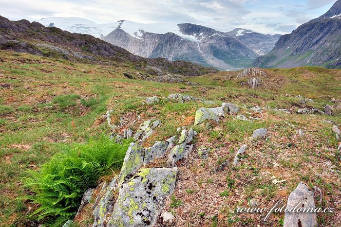 Hory kolem údolí Glomdalen s horou Snøtinden, Národní park Saltfjellet-Svartisen, kraj Nordland, Norsko