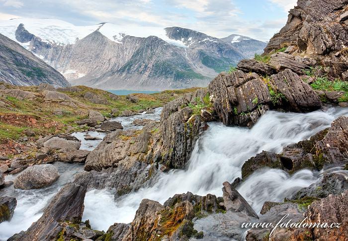 Peřeje v údolí Glomdalen s horou Snøtinden a jezerem Bjørnefossvatnet, Národní park Saltfjellet-Svartisen, kraj Nordland, Norsko