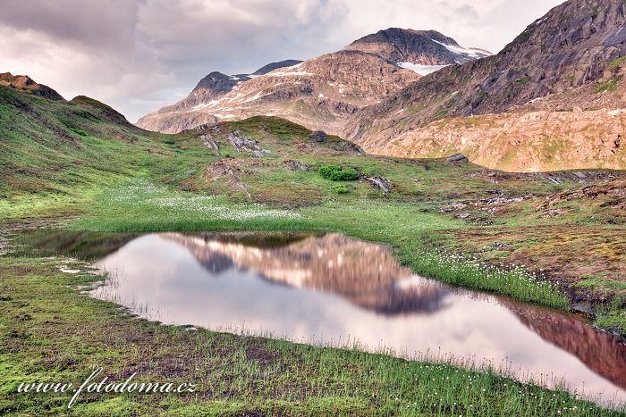 Jezírko v údolí Glomdalen, Národní park Saltfjellet-Svartisen, kraj Nordland, Norsko