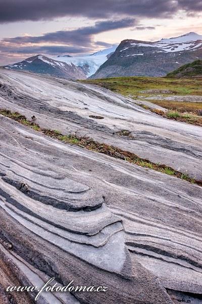 Cesta ledovce v údolí Glomdalen na pomyslné čáře polárního kruhu. Národní park Saltfjellet-Svartisen, kraj Nordland, Norsko