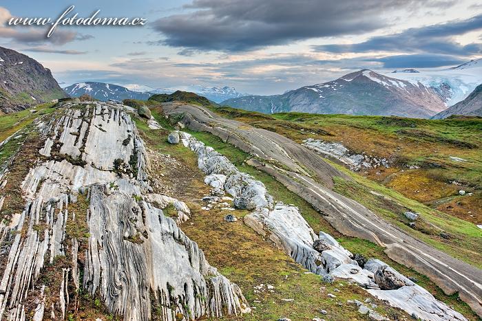 Cesta ledovce v údolí Glomdalen. Národní park Saltfjellet-Svartisen, kraj Nordland, Norsko