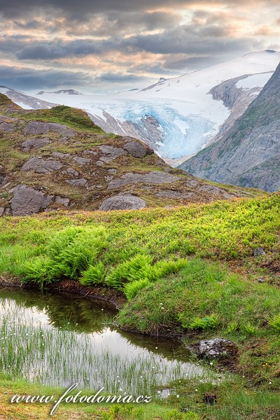Ledovec Litlbreen nad údolím Glomdalen, NP Saltfjellet-Svartisen, Norsko