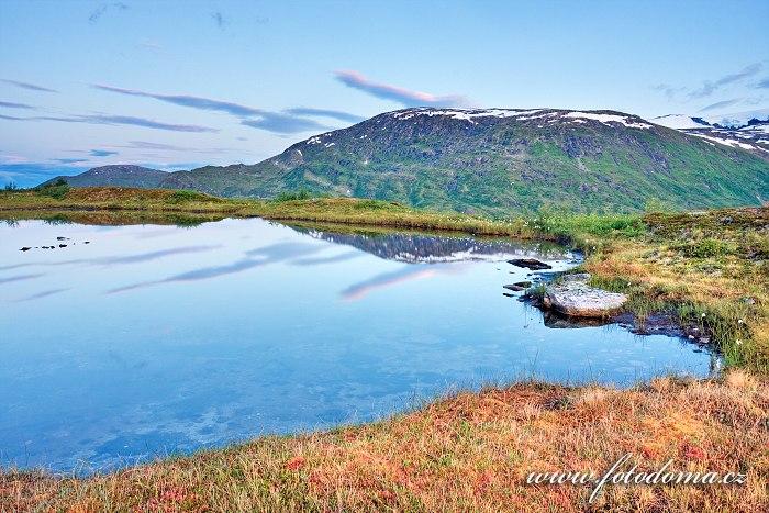 Jezírko v údolí Blakkådal. Národní park Saltfjellet-Svartisen, kraj Nordland, Norsko