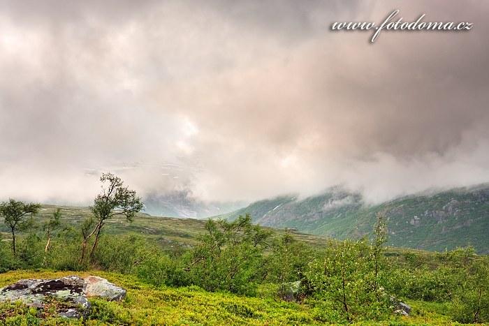 Mraky v údolí Blakkådal. Národní park Saltfjellet-Svartisen, kraj Nordland, Norsko