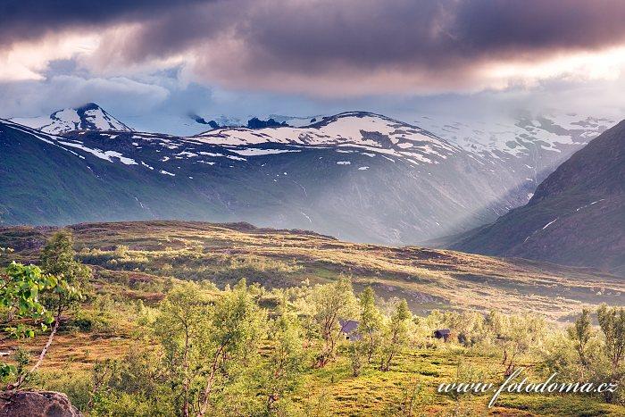 Údolí Bjellåga s chatou Blakkådalshytta. Národní park Saltfjellet-Svartisen, kraj Nordland, Norsko