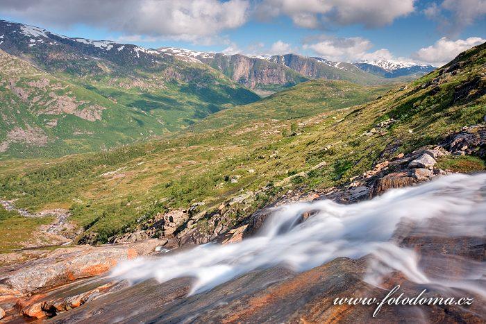 Bystřina v údolí Blakkådal. Národní park Saltfjellet-Svartisen, kraj Nordland, Norsko