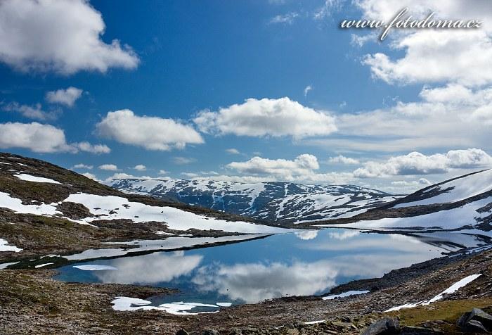 Jezero Røvassvatnan. Národní park Saltfjellet-Svartisen, kraj Nordland, Norsko