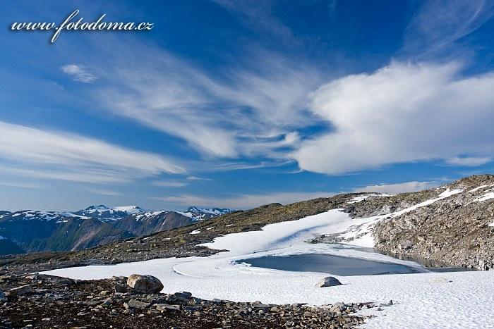 Jezírko poblíž jezera Røvassvatnan. Národní park Saltfjellet-Svartisen, kraj Nordland, Norsko