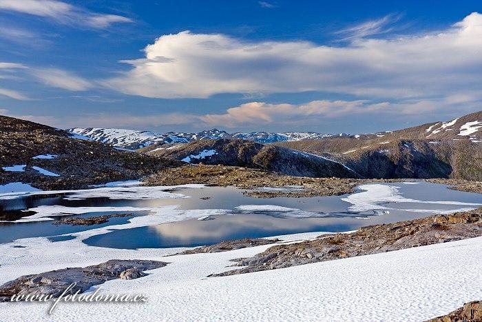 Krajina kolem jezera Røvassvatnan. Národní park Saltfjellet-Svartisen, kraj Nordland, Norsko