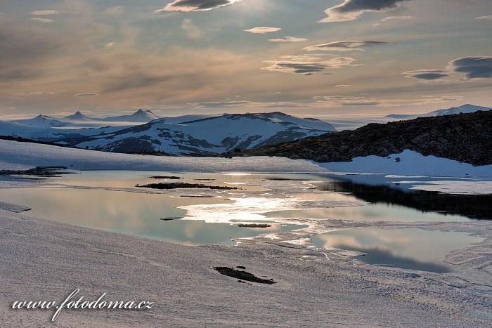 Hory s ledovcem Lappbreen, pohled od jezera Røvassvatnan. Národní park Saltfjellet-Svartisen, kraj Nordland, Norsko