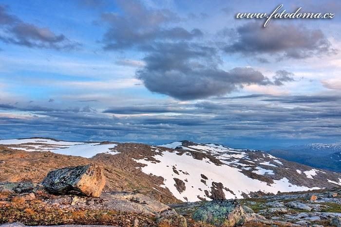 Hory kolem údolí Litlstormdalen. Národní park Saltfjellet-Svartisen, kraj Nordland, Norsko