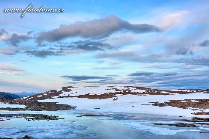 Zbytky ledovce poblíž jezera Røvassvatnet. Národní park Saltfjellet-Svartisen, kraj Nordland, Norsko