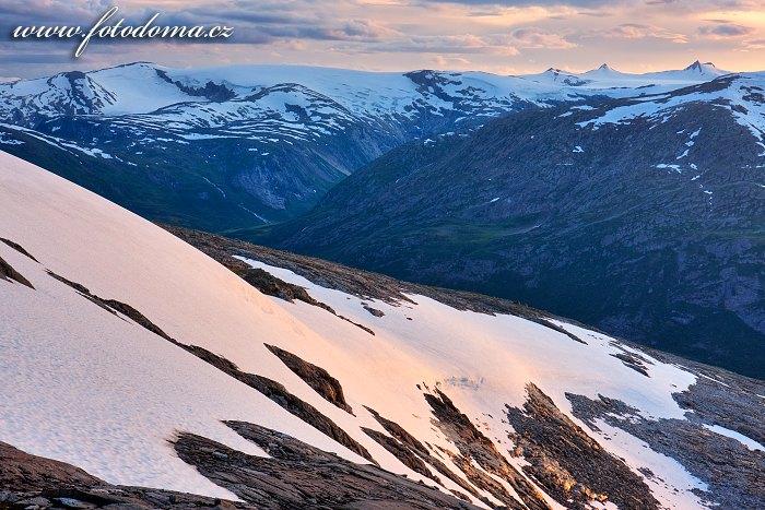 Údolí Blakkådal a ledovec Lappbreen. Národní park Saltfjellet-Svartisen, kraj Nordland, Norsko