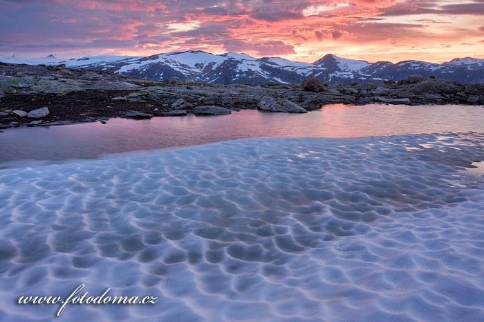 Hory kolem údolí Blakkådal. Národní park Saltfjellet-Svartisen, kraj Nordland, Norsko