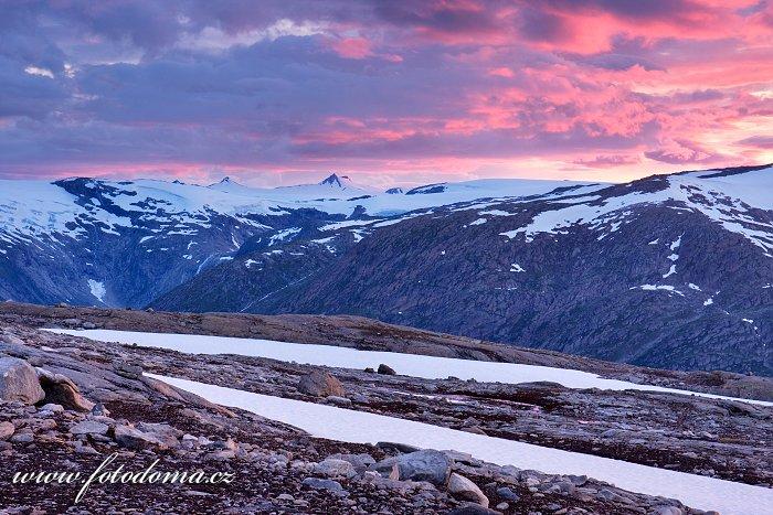 Hory kolem údolí Blakkådal a ledovec Lappbreen. Národní park Saltfjellet-Svartisen, kraj Nordland, Norsko