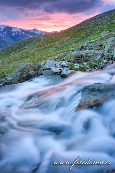 Horská bystřina v údolí Blakkådal. Národní park Saltfjellet-Svartisen, kraj Nordland, Norsko