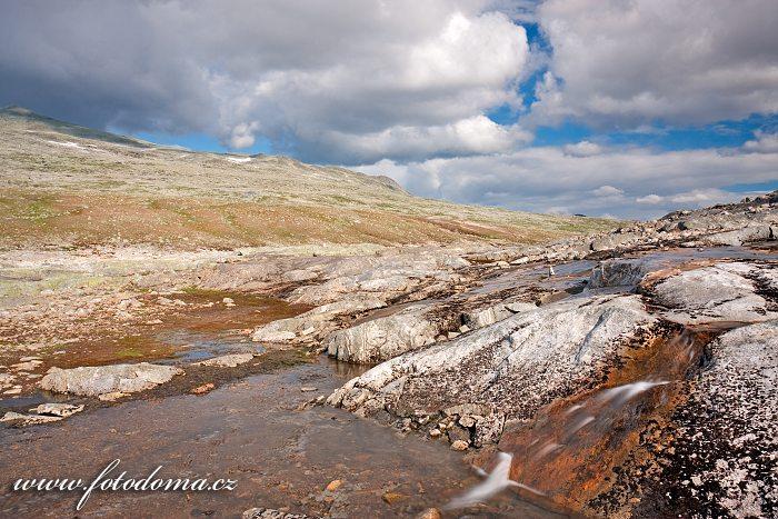 Přítok potoka Namnlauselva. Národní park Saltfjellet-Svartisen, kraj Nordland, Norsko