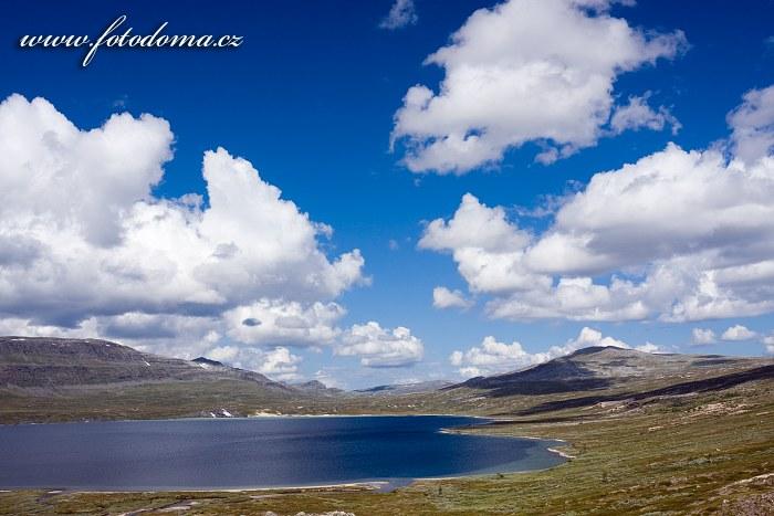 Jezero Søre Bjøllåvatnet. Národní park Saltfjellet-Svartisen, kraj Nordland, Norsko