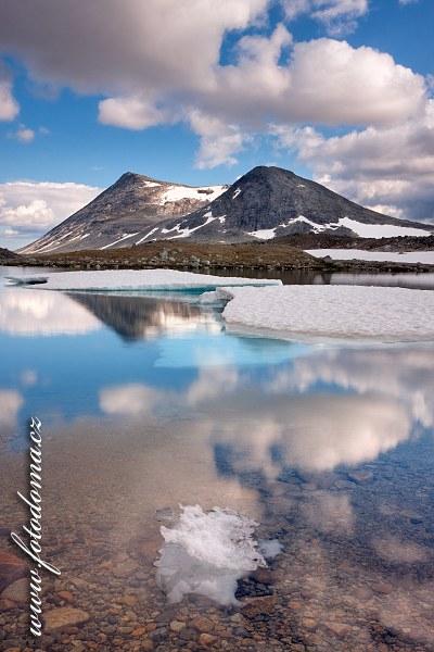 Jezero Lønstindvatnet a vrch Lønstinden. Národní park Saltfjellet-Svartisen, kraj Nordland, Norsko