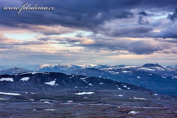 Údolí Steindalen a okolní hory, pohled z vrcholu Steindalstinden. Národní park Saltfjellet-Svartisen, kraj Nordland, Norsko