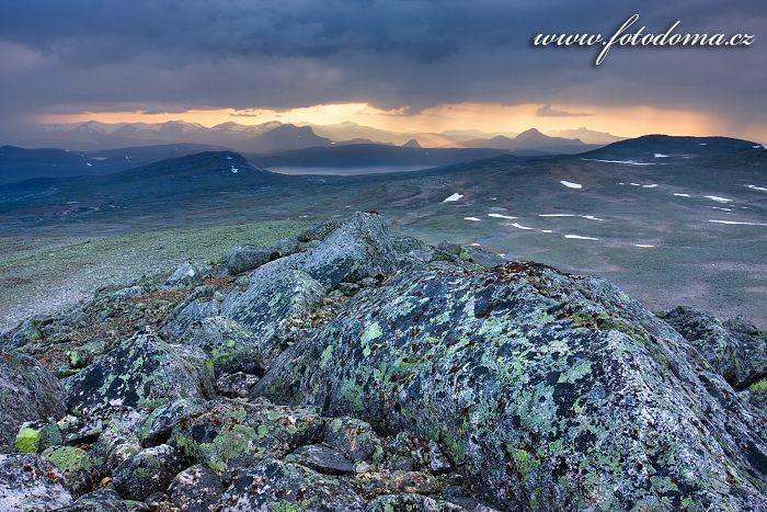 Hory kolem jezera Nordre Bjøllåvatnet, pohled z vrcholu Steindalstinden. Národní park Saltfjellet-Svartisen, kraj Nordland, Norsko