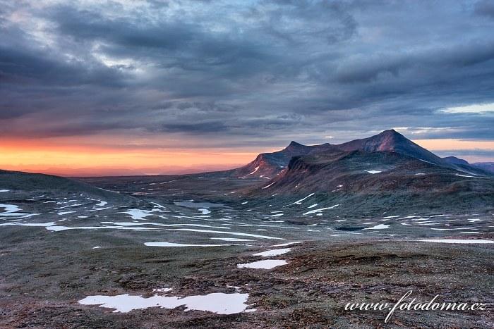 Jezírko poblíž jezera Vidjevatna a hora Ørfjellet, pohled z vrcholu Steindalstinden. Národní park Saltfjellet-Svartisen, kraj Nordland, Norsko
