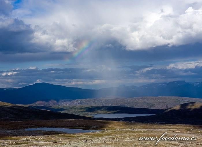 Jezírko na potoce Sørelva a duha. Národní park Saltfjellet-Svartisen, kraj Nordland, Norsko